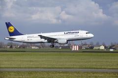 Amsterdam-Flughafen Schiphol - Lufthansa Airbus A320 landet Stockfotos