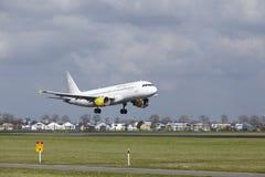 Amsterdam-Flughafen Schiphol - Vueling Airbus A320 landet Stockbild