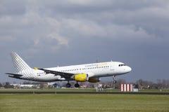 Amsterdam-Flughafen Schiphol - Vueling Airbus A320 landet Lizenzfreie Stockfotos