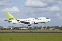 Amsterdam flygplats Schiphol - Boeing 737 av baltiska länder för luft Arkivfoton