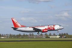 Amsterdam flygplats Schiphol - Boeing 737 av Jet2 landar Arkivbilder