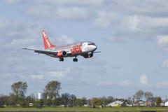 Amsterdam flygplats Schiphol - Boeing 737 av Jet2 landar Arkivfoto