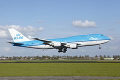 Amsterdam flygplats Schiphol - Boeing 747 av KLM landar Arkivbild