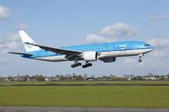 Amsterdam flygplats Schiphol - Boeing 777 av KLM landar Arkivfoton