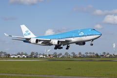 Amsterdam flygplats Schiphol - Boeing 747 av KLM landar Royaltyfri Bild