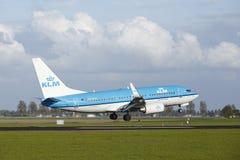 Amsterdam flygplats Schiphol - Boeing 737 av KLM landar Royaltyfria Bilder
