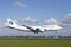Amsterdam flygplats Schiphol - Boeing 747 av MAS-last landar Fotografering för Bildbyråer