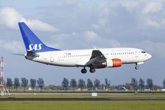 Amsterdam flygplats Schiphol - Boeing 737 av SAS (skandinaviska flygbolag) landar Arkivbilder