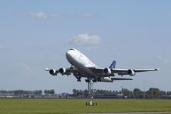 Amsterdam flygplats Schiphol - Boeing 747 av saudiarabisk last tar av Royaltyfri Foto