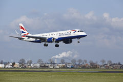 Amsterdam flygplats Schiphol - British Airways Embraer 190 landar Arkivfoton