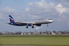 Amsterdam flygplats Schiphol - den Aeroflot flygbussen A321 landar Arkivfoton