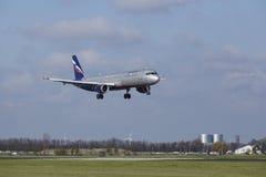 Amsterdam flygplats Schiphol - den Aeroflot flygbussen A321 landar Arkivfoto