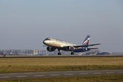 Amsterdam flygplats Schiphol - den Aeroflot flygbussen A320 tar av Fotografering för Bildbyråer