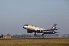 Amsterdam flygplats Schiphol - den Aeroflot flygbussen A320 tar av Arkivfoto
