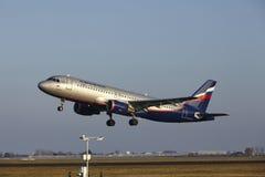 Amsterdam flygplats Schiphol - den Aeroflot flygbussen A320 tar av Royaltyfria Foton