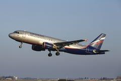 Amsterdam flygplats Schiphol - den Aeroflot flygbussen A320 tar av Arkivbild