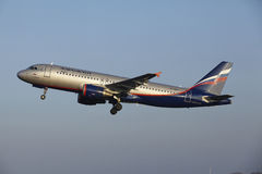 Amsterdam flygplats Schiphol - den Aeroflot flygbussen A320 tar av Royaltyfria Bilder