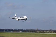 Amsterdam flygplats Schiphol - den Finnair flygbussen A321 landar Arkivfoton