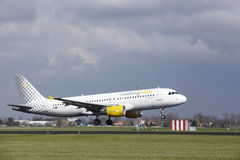 Amsterdam flygplats Schiphol - den Vueling flygbussen A320 landar Royaltyfria Foton