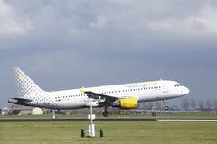 Amsterdam flygplats Schiphol - den Vueling flygbussen A320 landar Royaltyfri Bild