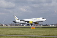 Amsterdam flygplats Schiphol - den Vueling flygbussen A320 landar Fotografering för Bildbyråer
