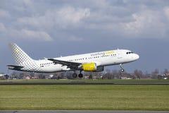 Amsterdam flygplats Schiphol - den Vueling flygbussen A320 landar Arkivfoton
