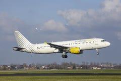 Amsterdam flygplats Schiphol - den Vueling flygbussen A320 landar Arkivbild