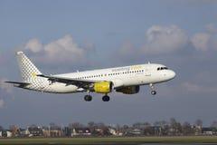 Amsterdam flygplats Schiphol - den Vueling flygbussen A320 landar Royaltyfri Foto