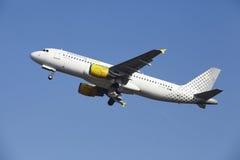 Amsterdam flygplats Schiphol - den Vueling flygbussen A320 tar av Royaltyfri Bild