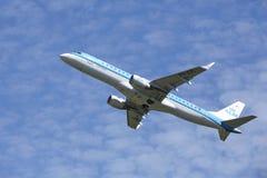 Amsterdam flygplats Schiphol - Embraer ERJ-190 av KLM Cityhopper tar av Fotografering för Bildbyråer