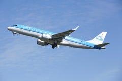 Amsterdam flygplats Schiphol - Embraer ERJ-190 av KLM tar av Arkivfoton