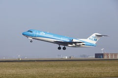 Amsterdam flygplats Schiphol - en Fokker 70 av KLM Cityhopper tar av Fotografering för Bildbyråer
