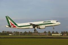 Amsterdam flygplats Schiphol - flygbussen A320 av Alitalia landar Arkivfoton