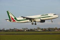 Amsterdam flygplats Schiphol - flygbussen A320 av Alitalia landar Royaltyfri Bild