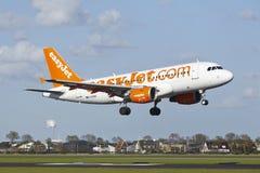 Amsterdam flygplats Schiphol - flygbussen A319 av EasyJet landar Royaltyfri Fotografi