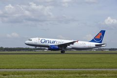 Amsterdam flygplats Schiphol - flygbussen A320 av Onur Air tar av Royaltyfria Bilder