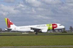 Amsterdam flygplats Schiphol - flygbussen A320 av TAP Portugal landar arkivfoto