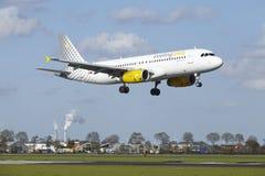 Amsterdam flygplats Schiphol - flygbussen A320 av Vueling landar Arkivbild