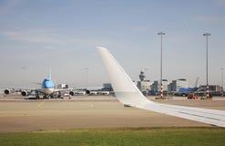 Amsterdam flygplats Schiphol flygplan Nederländerna Royaltyfria Bilder