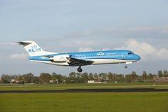 Amsterdam flygplats Schiphol - Fokker 70 av KLM Cityhopper landar Royaltyfri Foto