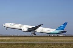 Amsterdam flygplats Schiphol - Garuda Indonesia Boeing 777 tar av Arkivfoto