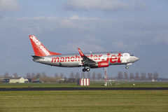 Amsterdam flygplats Schiphol - Jet2 Boeing 737 landar Arkivbild