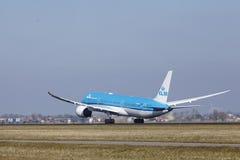Amsterdam flygplats Schiphol - KLM Boeing 787 Dreamliner tar av Royaltyfri Bild
