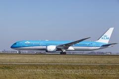Amsterdam flygplats Schiphol - KLM Boeing 787 Dreamliner tar av Royaltyfria Bilder