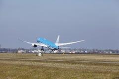Amsterdam flygplats Schiphol - KLM Boeing 787 Dreamliner tar av Royaltyfri Fotografi