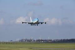 Amsterdam flygplats Schiphol - KLM Boeing 747 landar Royaltyfri Bild