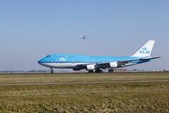 Amsterdam flygplats Schiphol - KLM Boeing 747 tar av Royaltyfria Foton