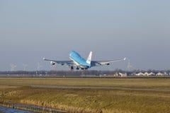 Amsterdam flygplats Schiphol - KLM Boeing 747 tar av Arkivbilder