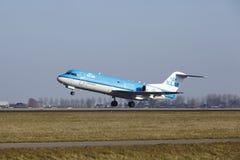 Amsterdam flygplats Schiphol - KLM Cityhopper Fokker 70 tar av Royaltyfri Bild