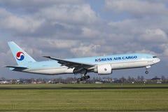 Amsterdam flygplats Schiphol - Korean Air last Boeing 777 landar royaltyfria foton